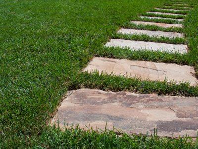 lastre in pietra su manto erboso